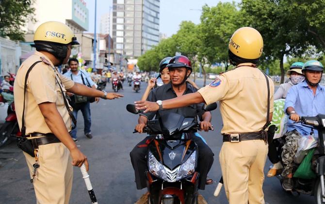 Khi bị cảnh sát giao thông yêu cầu dừng xe thì nên làm gì?