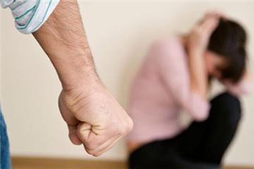 """Công chức, viên chức """"đánh vợ"""" có thể bị đuổi việc"""