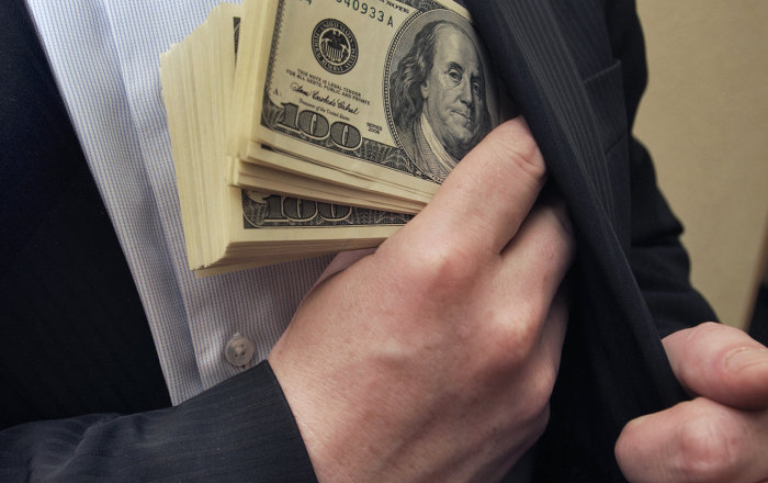 Phân biệt Tội tham ô tài sản và Tội lạm dụng chức vụ chiếm đoạt tài sản
