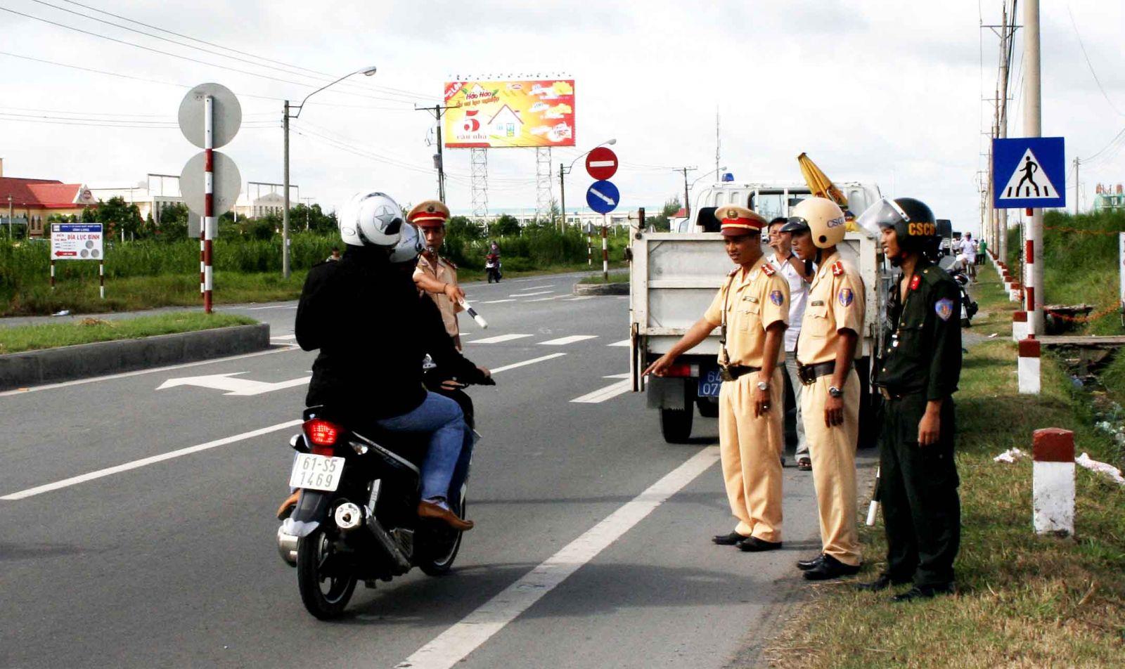Cảnh sát giao thông mặc thường phục có được xử phạt?