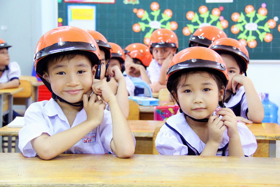 Tổ chức tặng mũ bảo hiểm cho học sinh lớp 1