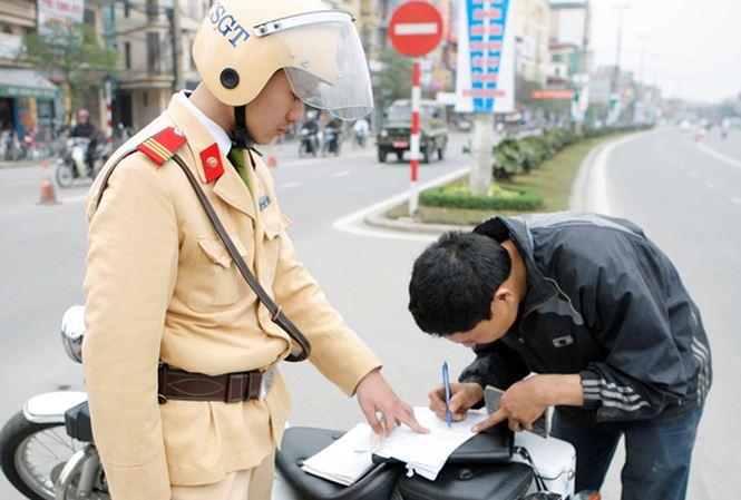 Nhờ người khác đi nộp phạt vi phạm giao thông