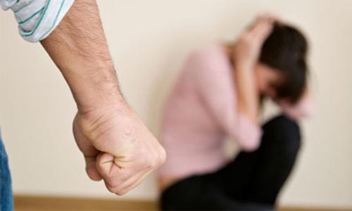 Phụ nữ nên làm gì khi bị chồng đánh?