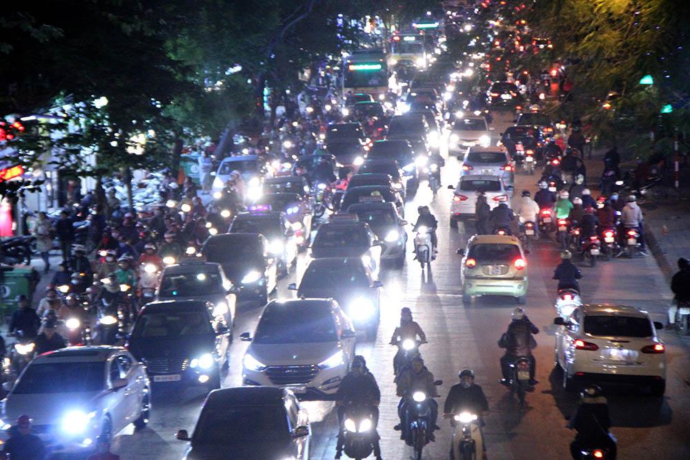 Bật đèn pha trong thành phố bị phạt thế nào?