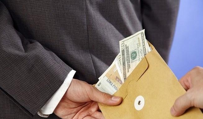 Gợi ý dân đưa tiền, công chức hải quan có thể bị buộc thôi việc