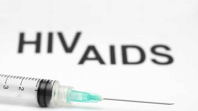 Phát bơm kim tiêm, bao cao su miễn phí để hạn chế lây nhiễm HIV