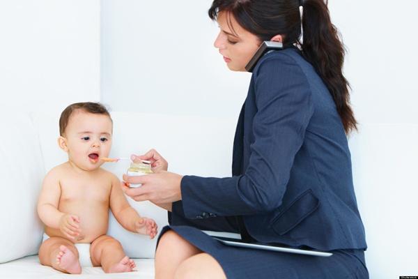 Công chức đang nuôi con nhỏ có bị tinh giản biên chế?