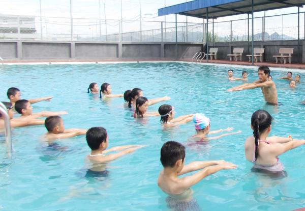 Các gia đình cần chủ động đưa trẻ em đi học bơi