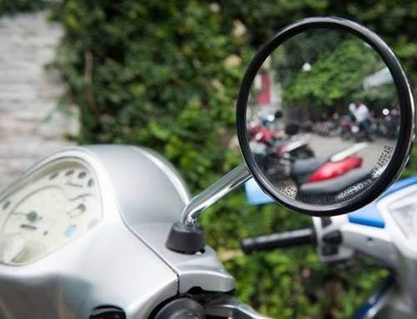 xe máy không gương chiếu hậu bên phải