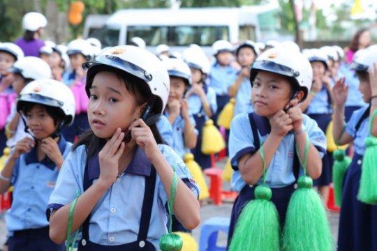 Tặng mũ bảo hiểm cho học sinh lớp một