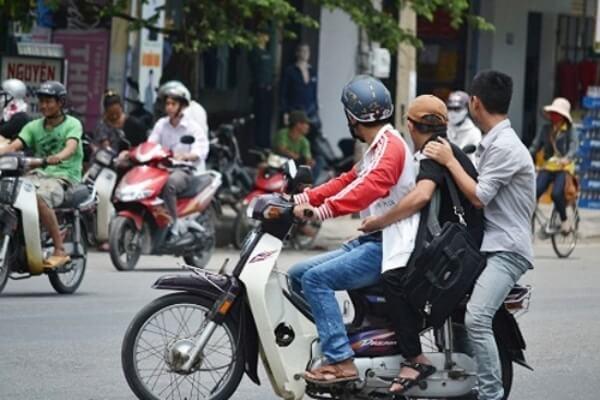 khi nào xe máy được chở 3 người