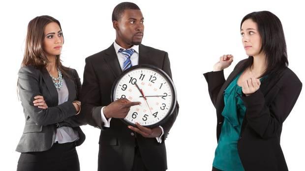 Phạt tiền nhân viên đi làm muộn là hành vi trái luật
