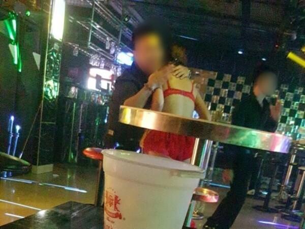 karaoke tay vịn có bị coi là mua bán dâm