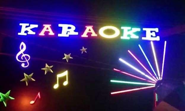 Nhân viên quán karaoke phải đeo biển tên