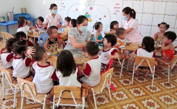 trẻ em mầm non được hỗ trợ bữa ăn dinh dưỡng