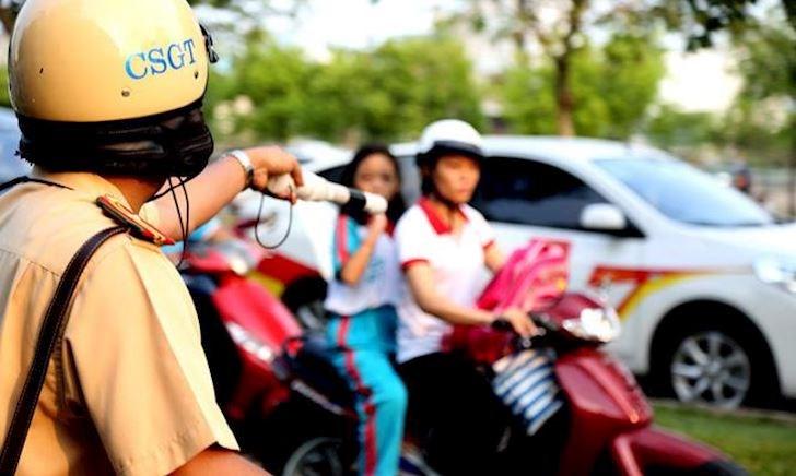 Chở người không đội mũ bảo hiểm, phạt lái xe hay người ngồi sau?