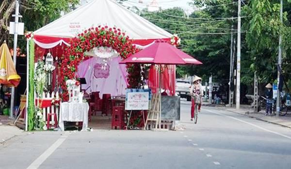 dựng rạp đám cưới giữa đường