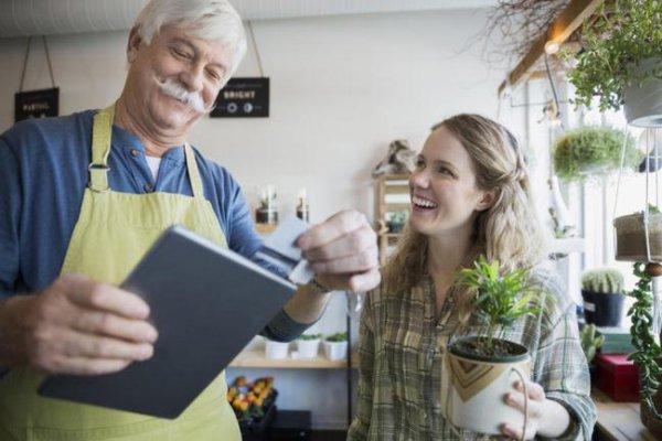 Chế độ trợ cấp cho người đã nghỉ hưu tiếp tục làm việc (Ảnh minh họa)