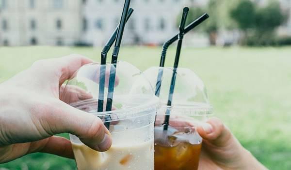 không dùng cốc nhựa, ống hút nhựa