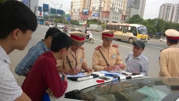 cảnh sát giao thông được kiểm tra giấy tờ gì