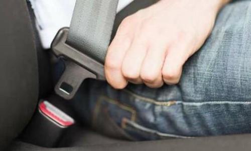 Khách ngồi sau không thắt dây an toàn, tài xế taxi bị phạt?