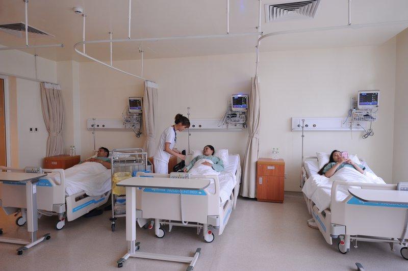Phòng Covid-19: Hạn chế người nhà đến thăm, chăm sóc bệnh nhân