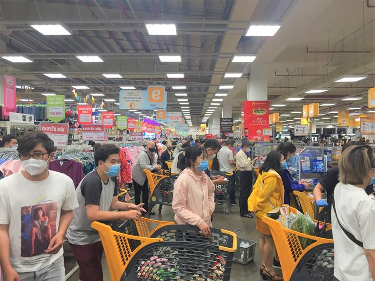 Cách ly toàn xã hội: Chợ, siêu thị tại TP.HCM hoạt động bình thường