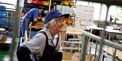 Điểm mới về rút ngắn thời gian làm việc của người cao tuổi từ 2021